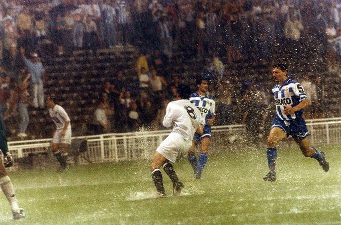 Djukic y Mijatovic pelando un balón en la final de la Copa del Rey de 1995 - Odio Eterno Al Fútbol Moderno
