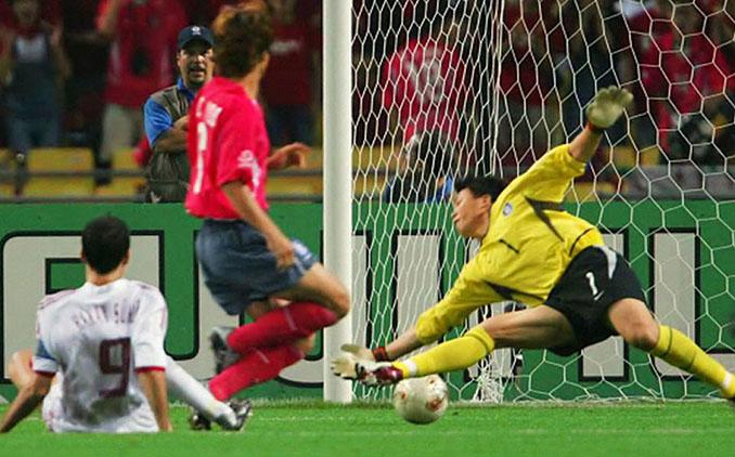 Hakan Sukur logró en 2002 el gol más rápido de los mundiales - Odio Eterno Al Fútbol Moderno