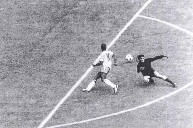 """Pelé vs Mazurkiewicz, el """"no gol"""" más famoso de la historia - Odio Eterno Al Fútbol Moderno"""