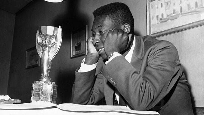 Pelé con la Copa Jules Rimet en 1958 - Odio Eterno Al Fútbol Moderno
