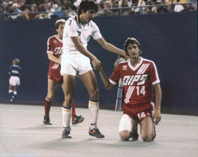 Romerito y Johan Cruyff en un partido de la NASL - Odio Eterno Al Fútbol Moderno