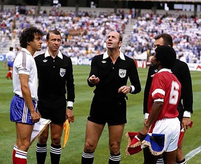 Miroslav Stupar con los capitanes de Francia y Kuwait - Odio Eterno Al Fútbol Moderno