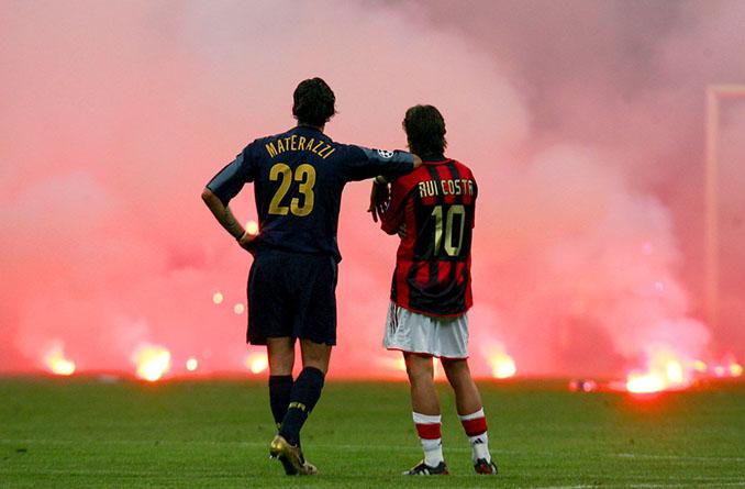 Materazzi y Rui Costa observando las bengalas en San Siro - Odio Eterno Al Fútbol Moderno