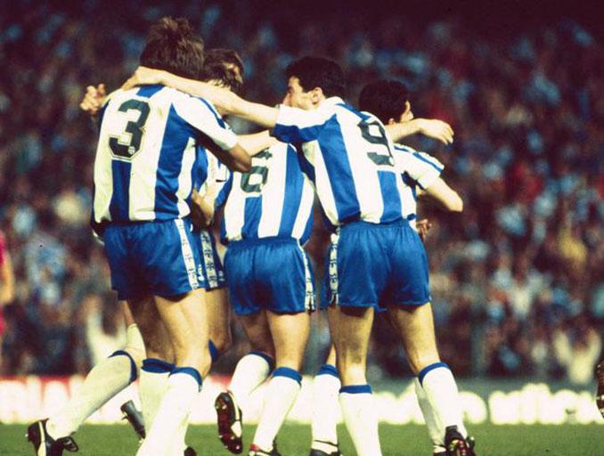 """Jugadores """"pericos"""" celebrando un gol en la Copa de la UEFA 1987-1988 - Odio Eterno Al Fútbol Moderno"""