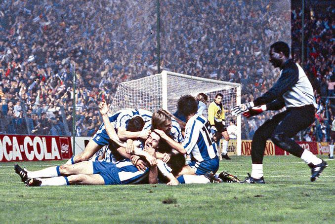 Los jugadores del RCD Espanyol celebran un gol en la Copa del a UEFA 1987-1988 - Odio Eterno Al Fútbol Moderno