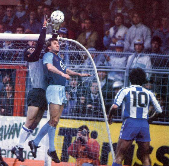 Meléndez trata de atrapar el balón por alto - Odio Eterno Al Fútbol Moderno
