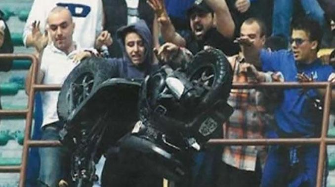 Tifosi del Inter tirando una moto en la grada de San Siro - Odio Eterno Al Fútbol Moderno