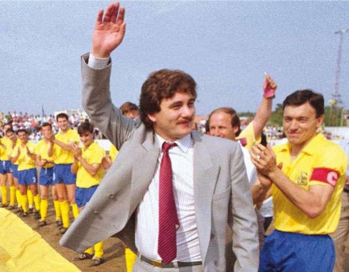 Sito Miñanco saluda en elCampo Municipal de Burgáns - Odio Eterno Al Fútbol Moderno