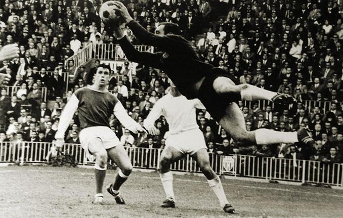 Ricardo Zamora efectuando una acrobática parada - Odio Eterno Al Fútbol Moderno