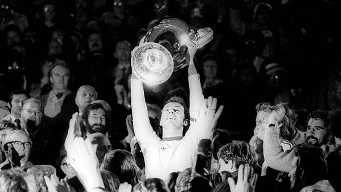 Franz Beckenbauer levantando la Copa de Europa - Odio Eterno Al Fútbol Moderno