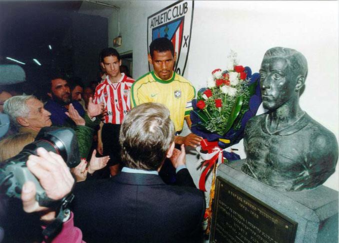 Ofrenda floral en el busto de Pichichi - Odio Eterno Al Fútbol Moderno