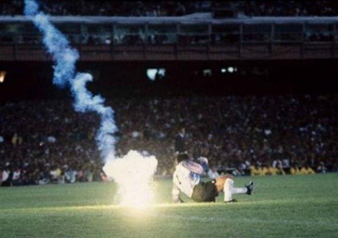 Instante en el que la bengala cae cerca de Roberto Rojas - Odio Eterno Al Fútbol Moderno