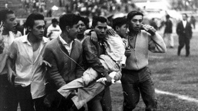 Evacuación de heridos del Estadio Nacional del Perú - Odio Eterno Al Fútbol Moderno