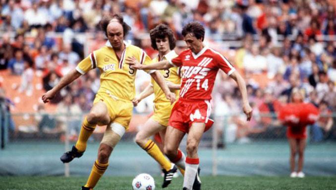 Johan Cruyff durante un partido en su etapa con los Washington Diplomats - Odio Eterno Al Fútbol Moderno