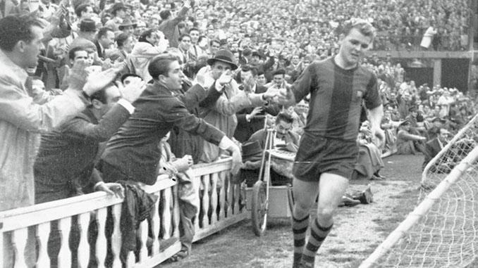 Ladislao Kubala saltando al césped de Les Corts - Odio Eterno Al Fútbol Moderno