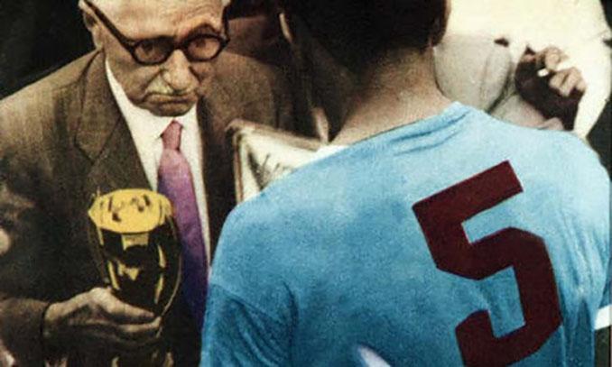 Jules Rimet entregando la copa a Obdulio Varela - Odio Eterno Al Fútbol Moderno
