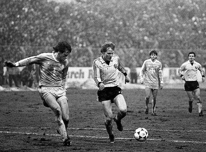 Matthias Sammer en un partido con el Dinamo Dresde - Odio Eterno Al Fútbol Moderno