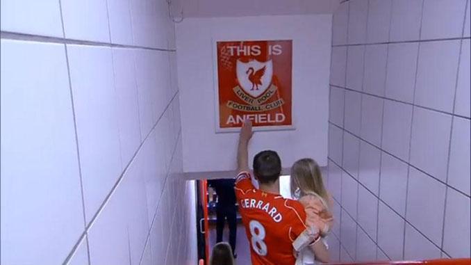 """La leyenda """"Red"""" Steven Gerrard tocando el letrero """"This Is Anfield"""" - Odio Eterno Al Fútbol Moderno"""