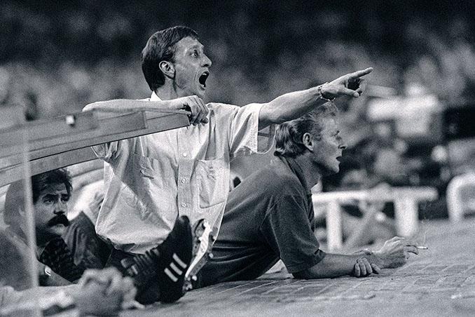 Johan Cruyff en el banquillo del FC Barcelona - Odio Eterno Al Fútbol Moderno