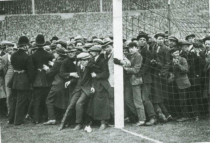 El público se agolpaba por todos los rincones de Wembley - Odio Eterno Al Fútbol Moderno
