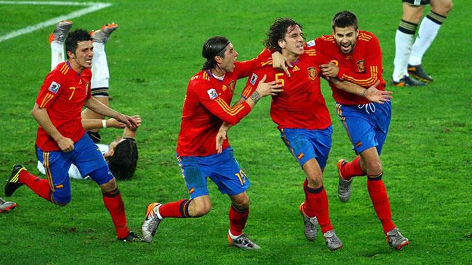 """Piqué, Ramos y Villa celebran el gol de Puyol a Alemania junto al """"5"""" de España - Odio Eterno Al Fútbol Moderno"""