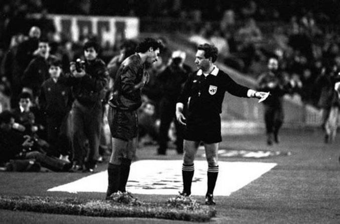 Stoichkov y Urizar Azpitarte tras la expulsión del búlgaro - Odio Eterno Al Fútbol Moderno