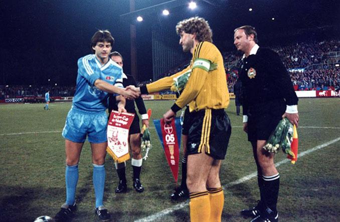 Prolegómenos del encuentro entre Bayer Uerdingen y Dinamo Dresde del 19 de marzo de 1986 -Odio Eterno Al Fútbol Moderno