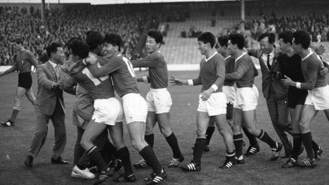 Selección de Corea del Norte celebrando la victoria ante Italia - Odio Eterno Al Fútbol Moderno