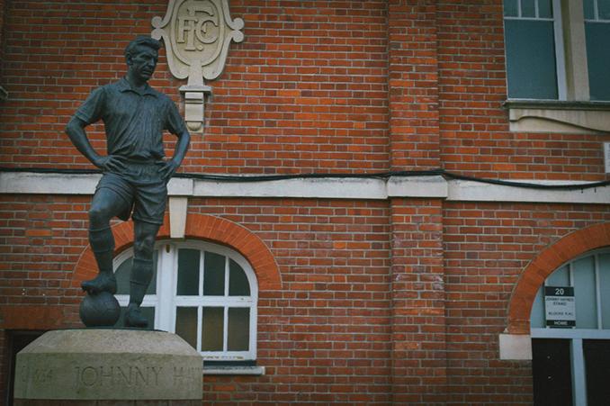 Estatua de Johnny Haynes a las afueras de Craven Cottage - Odio Eterno Al Fútbol Moderno