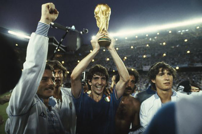 Rossi con la Copa el Mundo de 1982 - Odio Eterno Al Fútbol Moderno