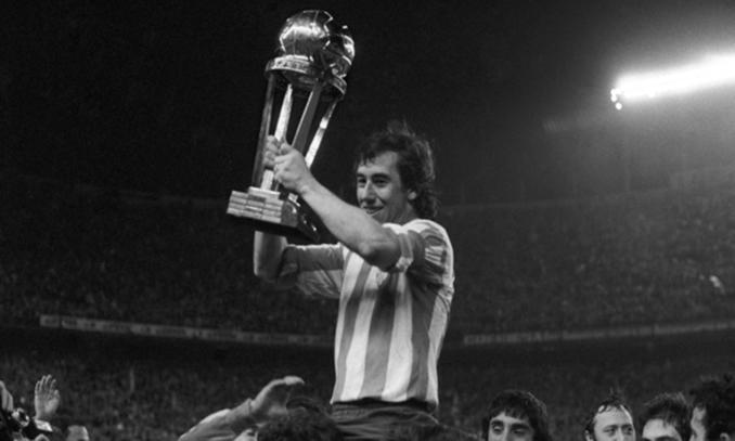 Adelardo levantando la Intercontinental de 1974 - Odio Eterno Al Fútbol Moderno