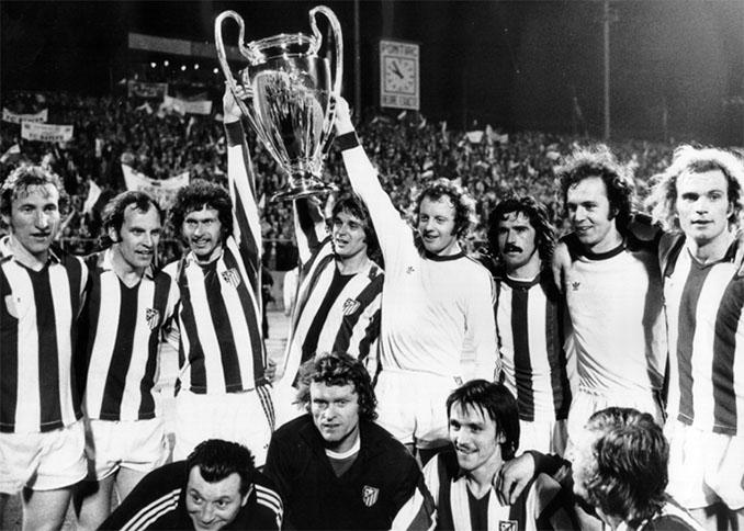 Jugadores del Bayern de Múnich levantando su primera Copa de Europa en 1974 - Odio Eterno Al Fútbol Moderno