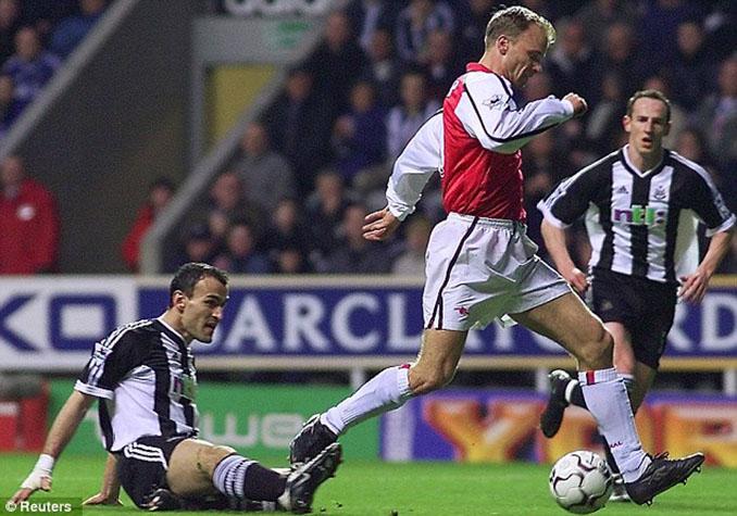 El gol de Bergkamp al Newcastle muestra las virtudes del delantero holandés - Odio Eterno Al Fútbol Moderno