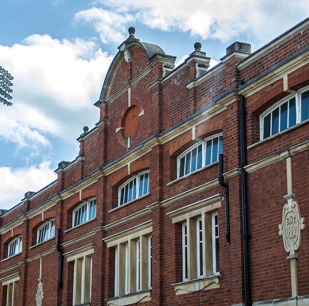 Error en la fecha del emblema del Fulham en Craven Cottage - Odio Eterno Al Fútbol Moderno