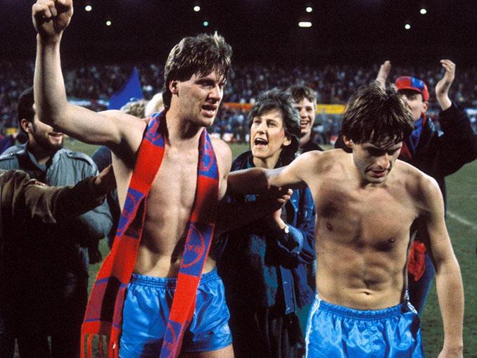 Jugadores del Bayer Uerdingen celebrando la mayor remontada de la historia - Odio Eterno Al Fútbol Moderno