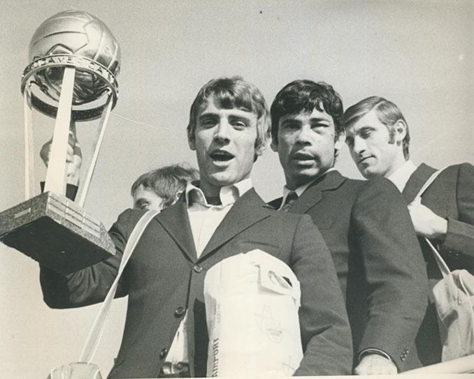 Jugadores del AC Milán con la Copa Intercontinental de 1969 - Odio Eterno Al Fútbol Moderno