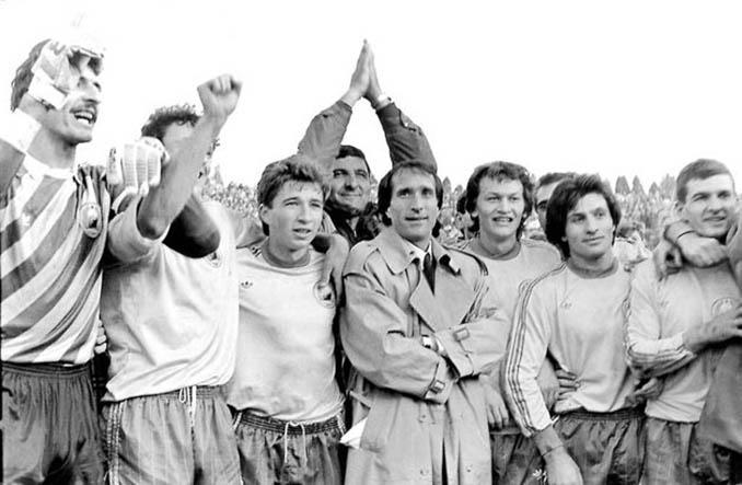 Valenctin Ceaucescu, con gabardina, rodeado de jugadores del Steaua durante una celebración - Odio Eterno Al Fútbol Moderno