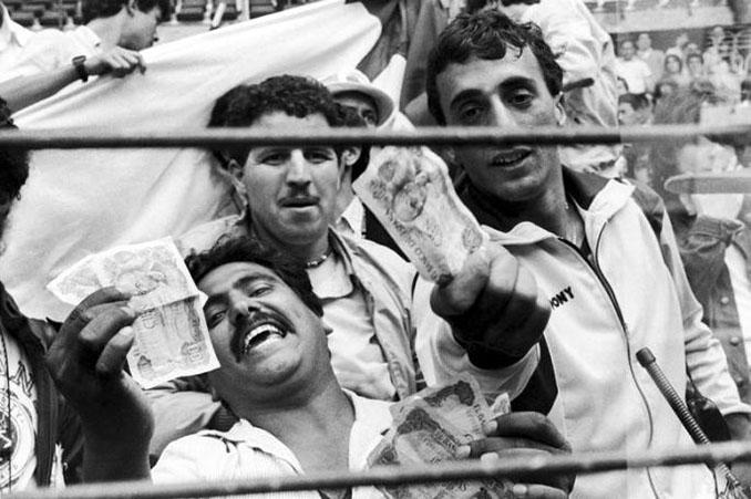 Los aficionados argelinos lanzaron billetes falsos a los jugadores en El Molinón - Odio Eterno Al Fútbol Moderno