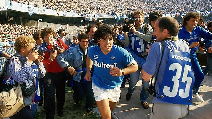 La multitudinaria llegada de Maradona a San Paolo en 1984 - Odio Eterno Al Fútbol Moderno