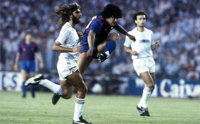 Maradona y Juan José en un Clásico de la temporada 1982-1983 - Odio Eterno Al Fútbol Moderno