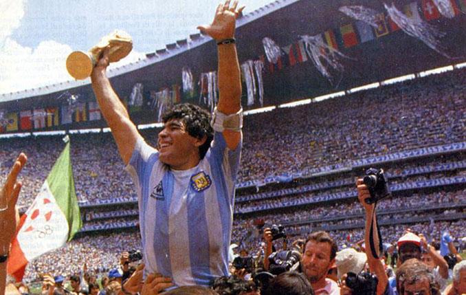 Maradona celebrando el Mundial de 1986 en el Estadio Azteca - Odio Eterno Al Fútbol Moderno