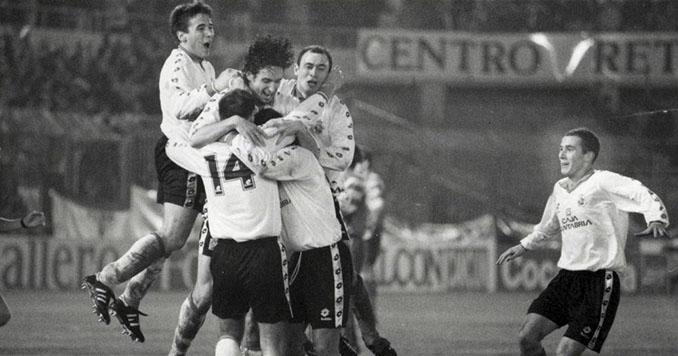 Los jugadores del Racing de Santander celebrando un gol frente al FCBarcelona en El Sardinero - Odio Eterno Al Fútbol Moderno