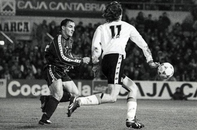 """Radchenko encarando a """"Chapi"""" Ferrer durante el partido de la 1994-1995 en El Sardinero - Odio Eterno Al Fútbol Moderno"""