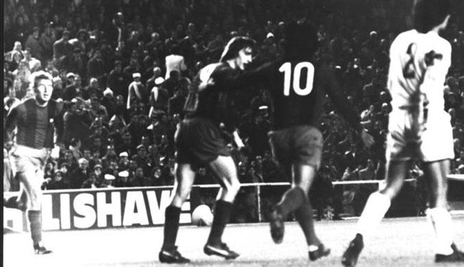 Cruyff y Sotil celebrando el quinto gol en el Clásico de 1974 - Odio Eterno Al Fútbol Moderno