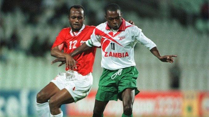 Kalusha Bwalya defendiendo los colores de Zambia - Odio Eterno Al Fútbol Moderno
