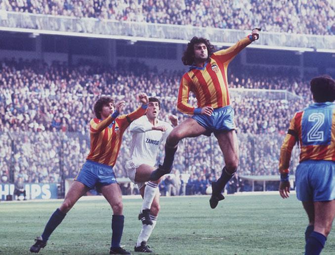 Kempes en un partido con el Valencia en 1979 - Odio Eterno Al Fútbol Moderno
