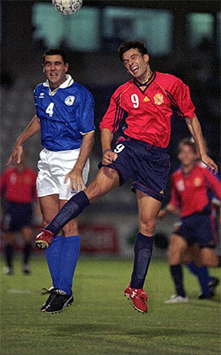 Morientes pugna por un balón en el Chipre vs España del 5 de septiembre de 1998 - Odio Eterno Al Fútbol Moderno