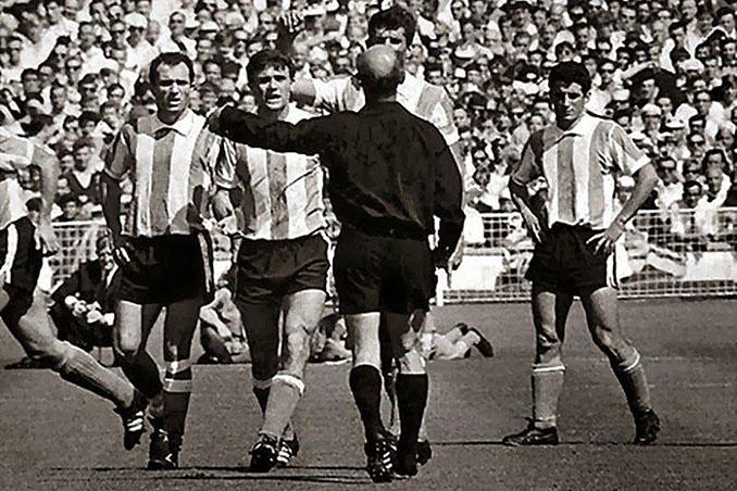 Instante en el que Kreitlein expulsó a Rattin en el Estadio de Wembley - Odio Eterno Al Fútbol Moderno