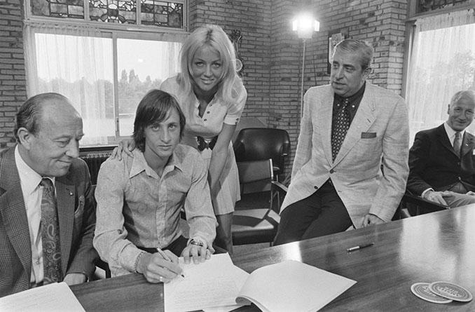Cruyff firmando su renovación con el Ajax en 1971 - Odio Eterno Al Fútbol Moderno