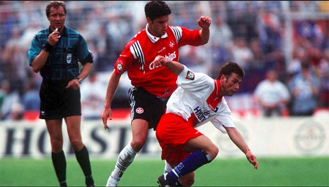 Michael Ballack disputando un encuentro con el FC Kaiserslautern - Odio Eterno Al Fútbol Moderno